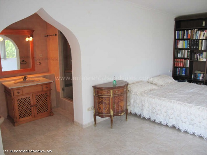 Three bedroom villa with private gardens and pool